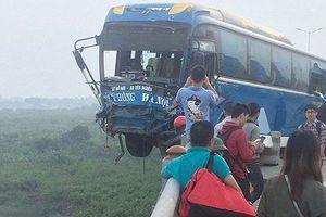 Xe khách suýt lao xuống sông Hồng, hàng chục hành khách phá cửa xe thoát nạn