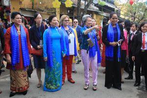 Các phu nhân, phu quân lãnh đạo APEC thích thú chụp ảnh ở phố cổ Hội An