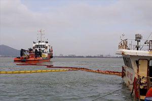 18 công nhân, thợ lặn hút được 5.000 lít dầu trên tàu bị chìm ở biển Quy Nhơn