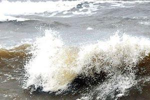 Anh em rủ nhau tắm biển, một người bị sóng cuốn mất tích