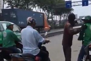 Clip: Khách bị xe ôm truyền thống đuổi theo bắt đi bộ vì đặt Grab