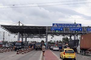 Tài xế đồng loạt dùng tiền lẻ mua vé qua trạm Nam Bình Định