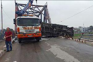 Xe tải lật trên cầu Rào đè chết 1 phụ nữ đi đường