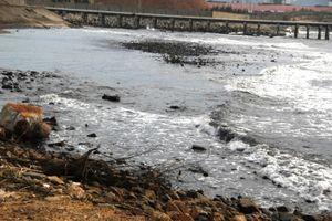 Hà Tĩnh: Dân 'kêu trời' vì bãi biển chuyển màu đen ngòm do bãi tập kết than