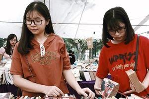 Hội chợ sách cũ Hà Nội: Hàng vạn cuốn sách quý được trưng bày và bán rẻ