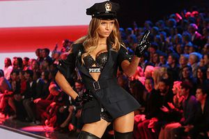 Những tai tiếng ảnh hưởng đến uy tín của Victoria's Secret
