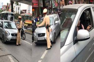 Bị CSGT yêu cầu dừng xe kiểm tra giấy tờ, nữ tài xế Hà Nội rú ga chạy tiếp và hét lớn 'tránh ra, tao đang bận'