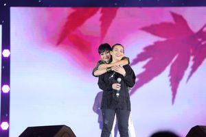 Khán giả bất ngờ khi Phi Nhung 'chịu chơi' trong fan meeting