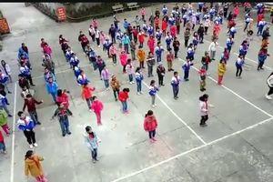 Học sinh tiểu học vùng biên giới nhảy 'cực chất' trong giờ ngoại khóa
