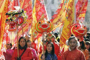 Người Việt ở Mỹ chen chân đi chùa, khu phố người Hoa tại London rộn rã tiếng trống đầu năm