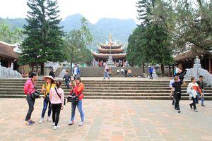 Chùa Hương thưa vắng du khách ngày khai hội