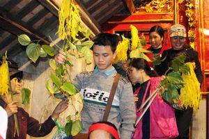 Bỏ tục 'cướp giò hoa tre', người dân kiên nhẫn xếp hàng xin 'lộc' Thánh Gióng