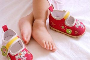 Mách mẹ cách chọn giày cho bé trong giai đoạn tập đi