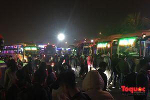 Khách đổ ra Hà Nội quá đông, nhà xe vừa cập bến đã quay đầu