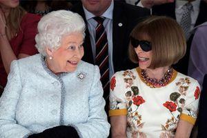 Nữ hoàng Elizabeth II ngồi hàng ghế đầu Tuần lễ thời trang London