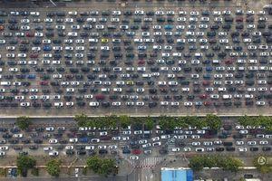 Hàng chục nghìn xe 'chôn bánh' 4 ngày 3 đêm chờ phà Tết ở TQ