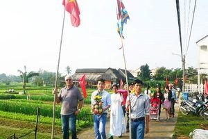 Người nước ngoài tham gia đoàn rước ở lễ hội làng rau Trà Quế