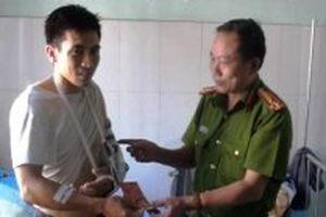 Thăm hỏi đại úy cảnh sát bị thương khi truy bắt tội phạm