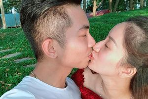 Chuyện showbiz: Khánh Thi, Phan Hiển khoe ảnh hôn nhau khi đi du xuân