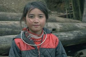 Bé gái H'Mông xinh xắn trước ống kính máy ảnh của nhóm phượt tại Sa Pa
