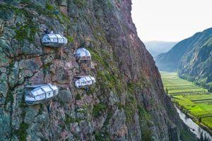 'Thót tim' trải nghiệm ngủ lơ lửng trong phòng kính cheo leo trên vách núi