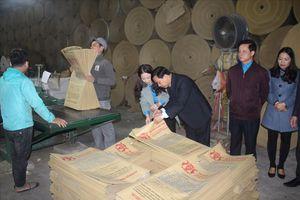 LĐLĐ Hà Tĩnh tặng quà, kiểm tra tình hình sản xuất đầu năm