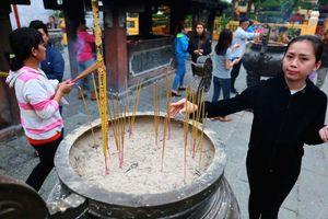 Người Sài Gòn đến Lăng Ông chợ Bà Chiểu thắp hương ngày hạ nêu