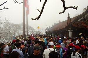 Hàng vạn người hành hương về Yên Tử trong sương mù, mưa rét