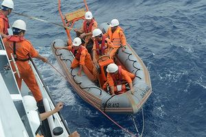 Cứu 8 thuyền viên tàu hàng trôi dạt trên phao cứu sinh