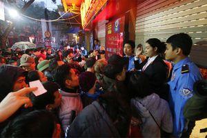 Hà Nội: Người dân xếp hàng trong mưa lạnh chờ mua vàng ngày vía Thần tài