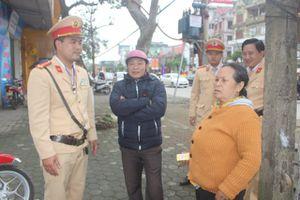 Cảnh sát giao thông giúp bà cụ đi lạc đoàn tụ gia đình