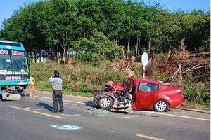 Tranh cãi nảy lửa vụ ô tô 4 chỗ bẹp dúm sau khi tông trực diện vào xe khách