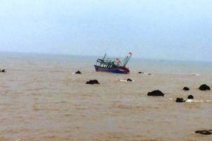 Cứu sống 2 ngư dân gặp nạn do tàu cá đâm vào đá ngầm
