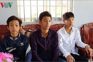 Tặng bằng khen cho học sinh ở Sóc Trăng nhặt được hơn 40 triệu đồng