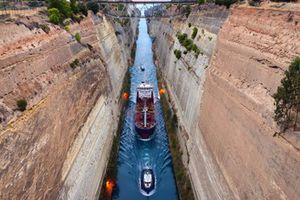 Hy Lạp tạm đóng cửa kênh đào Corinth do tình trạng sạt lở đất đá