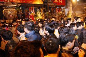 Bộ VHTTDL yêu cầu đại biểu dự lễ không ném tiền vào kiệu ấn Đền Trần