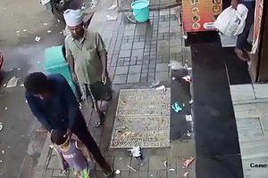 Khoảnh khắc em bé bị bắt cóc dễ dàng ngay trước cửa hàng nhà mình