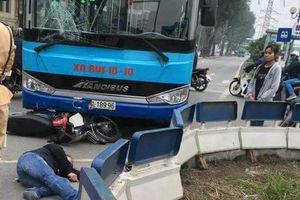 Xe máy va chạm với xe buýt trên đường Yên Phụ