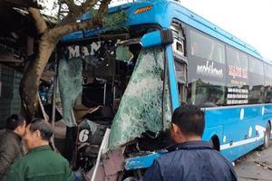 Xe ô tô quay đầu bất ngờ bị xe container tông trúng khiến phụ xe thiệt mạng