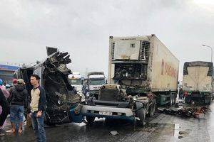Xe tải 'nát đầu' sau va chạm kinh hoàng trên quốc lộ