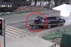 Clip: Thanh niên bình thản đứng dậy sau khi tông vỡ kính xe ô tô
