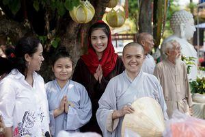 Trương Thị May cùng mẹ đi 'vãng chùa' đầu năm