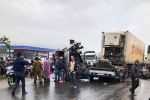 Nghệ An: Va chạm kinh hoàng với xe tải, đầu xe container văng xuống đường