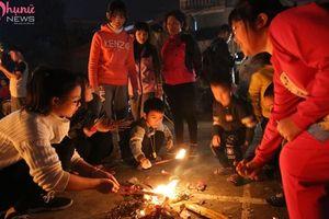 Hàng trăm người dân xin lửa 'lấy đỏ' đầu năm
