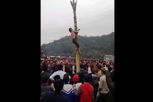 Bắc Kạn: Nam thanh niên rơi xuống đất khi leo cây chuối tại hội xuân