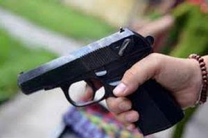 Mâu thuẫn từ việc chơi bầu cua, chồng mang súng đi trả thù giúp vợ