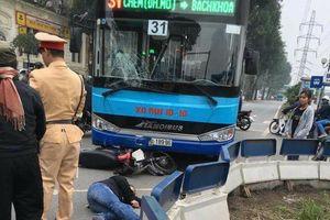 Hà Nội: Người đàn ông nguy kịch sau va chạm với xe buýt