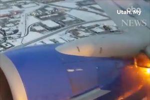 Máy bay Mỹ quay đầu vì cánh bốc cháy