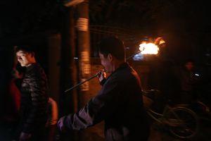 Người dân chạy rầm rập khắp làng để 'lấy đỏ' về nhà tại Hà Nội