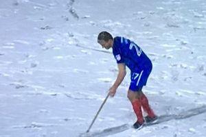 Tuyết dày như sân Thường Châu, cầu thủ bỏ bóng lấy xẻng dọn tuyết